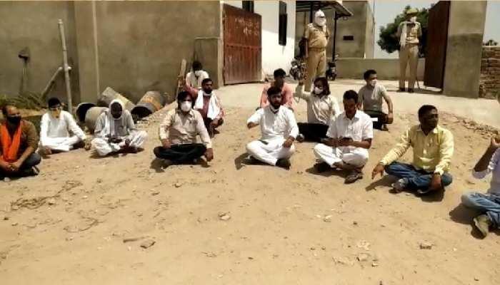 Jaipur : चौमूं में Oxygen की किल्लत शुरू, धोबलाई प्लांट पर सरपंचों ने किया प्रदर्शन