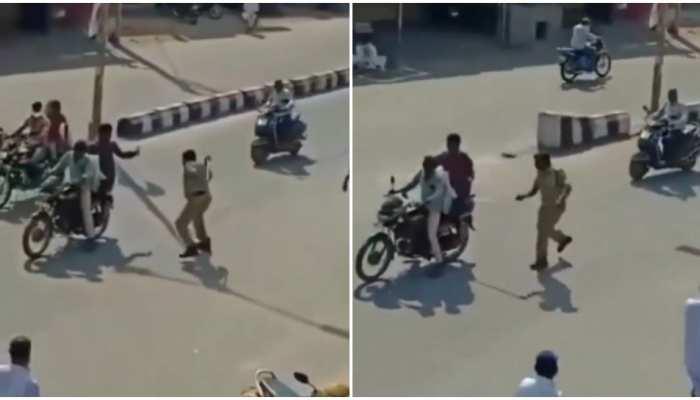 Viral Video: पुलिस को अपना ही डंडा पड़ा भारी, Lockdown का उल्लंघन करने पर बजा रहे थे बैंड