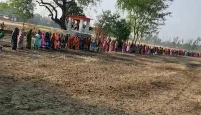 वैक्सीन, दवाई नहीं ग्रामीणों को 'कोरोना माई' से उम्मीद, पूजा-पाठ के लिए लगी कतार