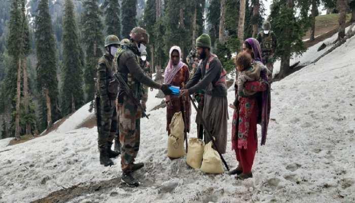 Jammu-Kashmir: बर्फ में फंसे इस डेरे के लिए संकट मोचक बनी Army, 11 हजार फीट पर पहुंची मदद लेकर