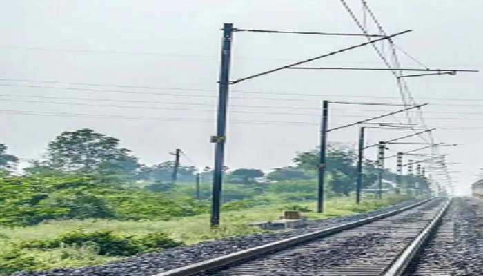 बेतिया: शख्स ने ओवरब्रिज से लगाई छलांग, हाईटेंशन तार से झुलस कर रेलवे ट्रैक पर गिरा