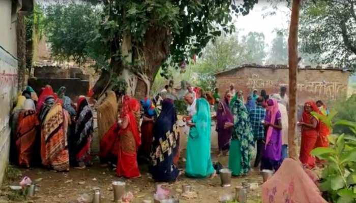 कोरोना महामारी को बना दिया 'कोराना माई', ढोल-मंजीरा बजाकर पूजा में जुटे ग्रामीण