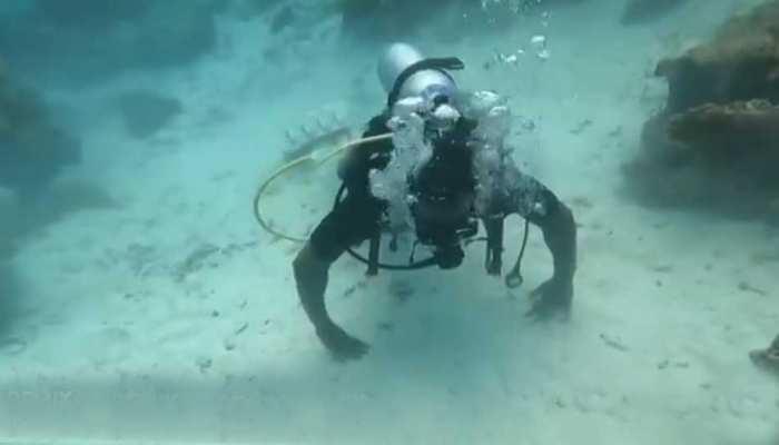 Maldives के नीले समंदर में Chris Gayle ने दिखाया Swag, पानी के अंदर किया Push-ups