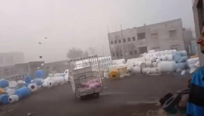 Video: हवा में उड़ने लगी पानी की टंकियां, तूफान में दिखा भयंकर नजारा