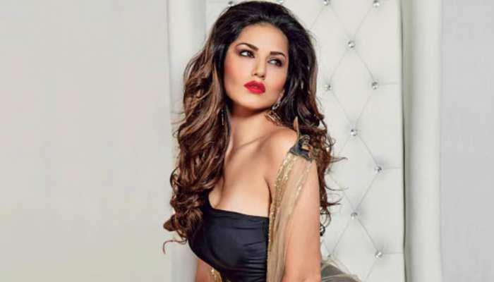 Sunny Leone का काम करते-करते हुआ बुरा हाल, खड़े-खड़े ले रहीं Back Massage