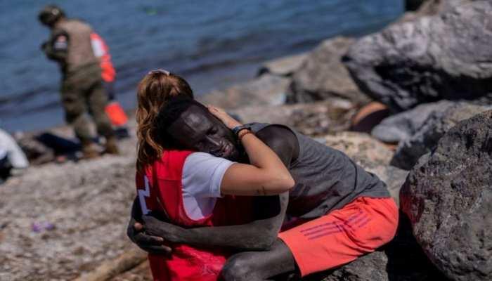 Spain: तस्वीर वायरल होने के बाद दो पक्षों में बंटा देश, अश्वेत शरणार्थी को लड़की ने लगाया था गले