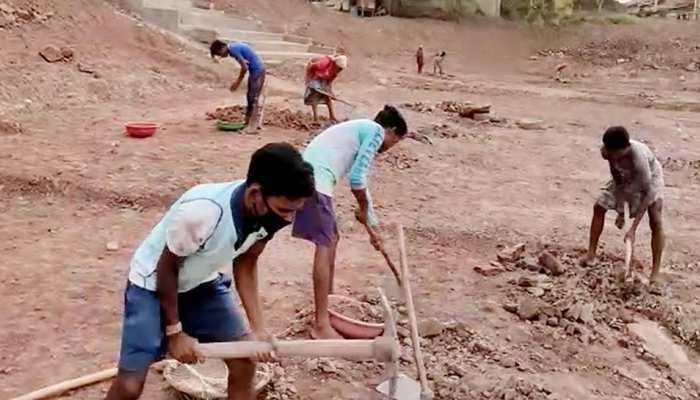 जिन शिक्षकों के जिम्मे है देश का भविष्य बनाने की जिम्मेदारी, वह मनरेगा में खोद रहे तालाब