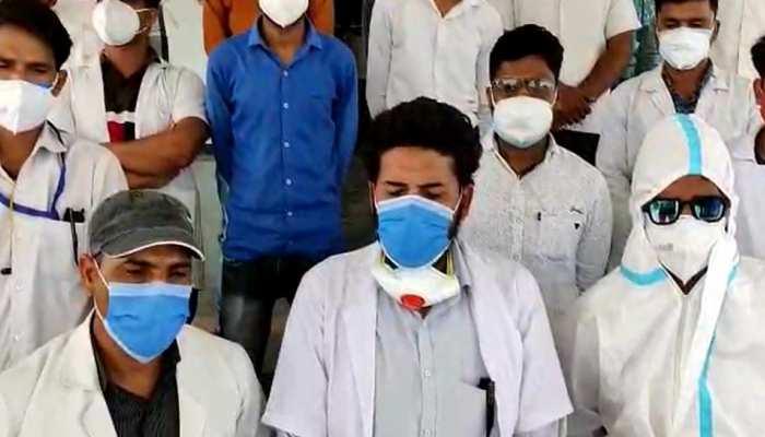 संविदा स्वास्थ्य कर्मचारियों का अनोखा प्रदर्शन, सड़क पर PPE किट में मांगी भीख