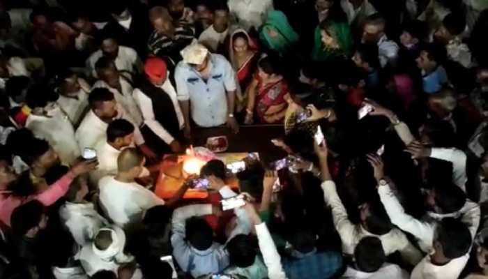 बेटे के बर्थडे में सपा नेता ने उड़ाईं कोविड प्रोटोकॉल की धज्जियां, 100 के विरुद्ध FIR