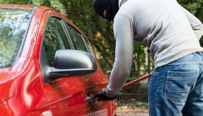 बुजुर्ग महिला की Car लेकर भागा चोर, बोला- Aunty कल लौटा दूंगा