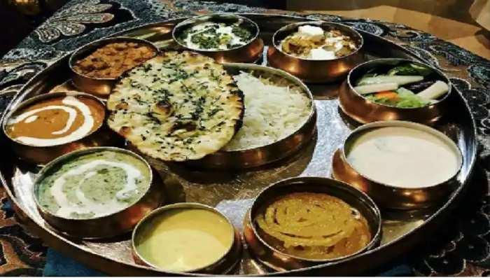 खाना खाने के बाद Thali में हाथ धोने से मिलता है अशुभ फल, जानें वजह
