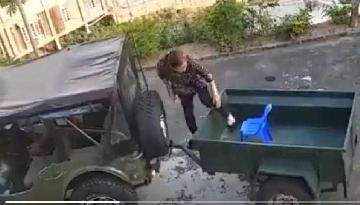 Viral VIDEO: कोरोना पॉजिटिव पत्नी को Quarantine Center ले   जाने पति ने लगाई अनूठी जुगाड़, Social Media पर हो रही तारीफ