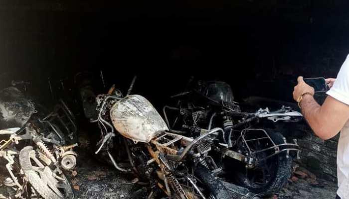 Bettiah: गैरेज में बदमाशों ने लगाई आग, कई बाइक जलकर हुई खाक