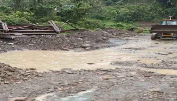 हल्की बारिश से कीचड़ में तब्दील हो जाती हैं यहां की सड़कें, भगवान के भरोसे जीते हैं लोग, अधिकारी खामोश