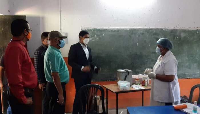 Saraikela: DC ने संचालित टीकाकरण केंद्र का किया निरीक्षण, कार्य में प्रगति लाने के दिए निर्देश