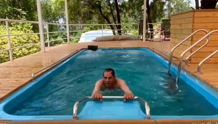 85 की उम्र में भी जारी है फिट रहने की कोशिश, स्विमिंग पूल में कसरत करते दिखे बॉलीवुड के हीमैन