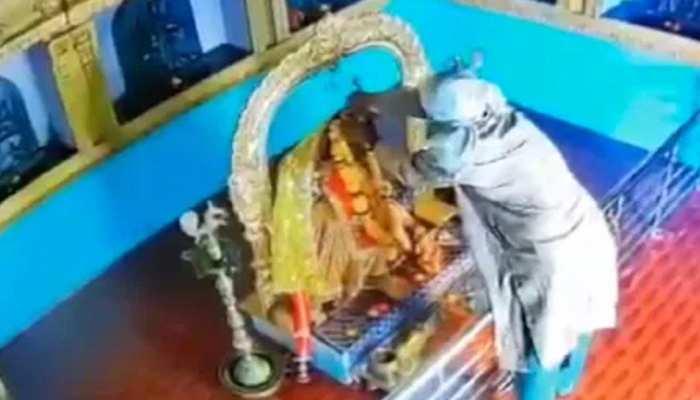बगलामुखी मंदिर से देवी की प्रतिमा से मुकुट और गहने चोरी, CCTV में कैद चोर
