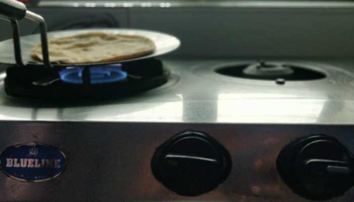 रोटी बनाते समय खत्म हो जाए रसोई गैस तो करें ये काम, नहीं लेनी पड़ेगी पड़ोसियों की मदद