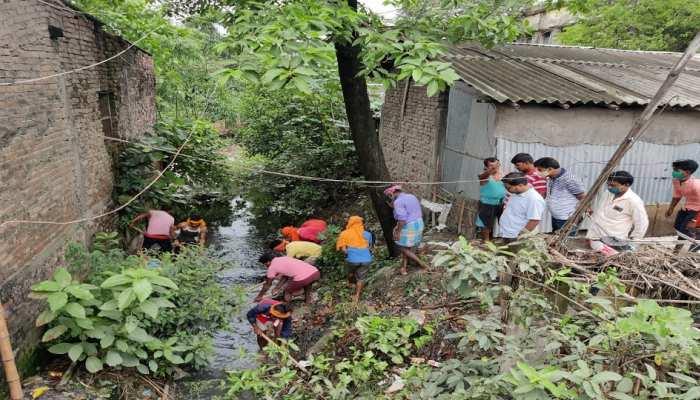 बेतिया: ग्रामीणों ने भ्रष्ट अधिकारियों को दिखाया आईना, श्रमदान कर किया नालों की सफाई