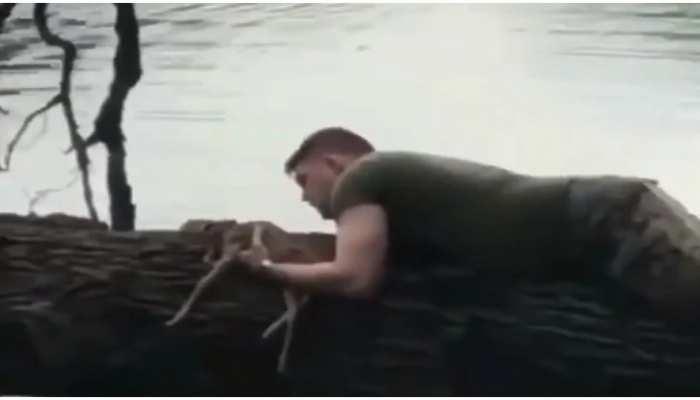 सैनिक की दरियादिली से आंखों में आएंगे आंसू, देखें वीडियो