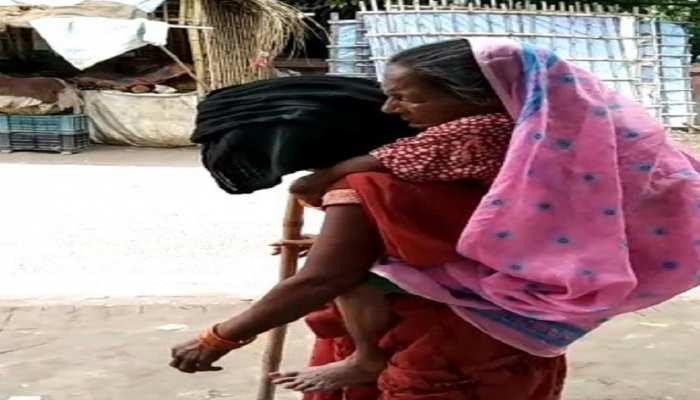 ऐसी होती हैं बेटियां, नहीं मिली एंबुलेंस तो बीमार मां को पीठ पर लादकर पहुंचाया अस्पताल, देखें Video