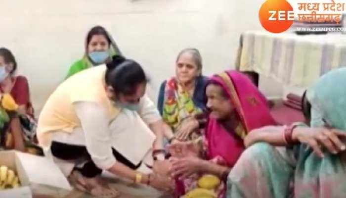 BSP विधायक रामबाई ने मनाया आरोपी पति का जन्मदिन, पहुंचीं वृद्धाश्रम, बुजुर्गों संग गाया बुंदेली भजन