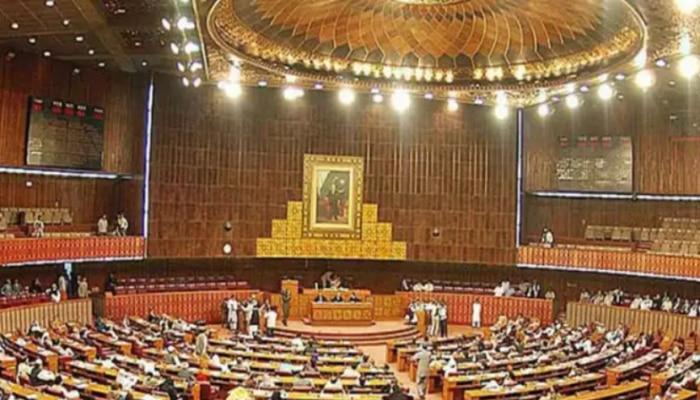 पाकिस्तानी संसद में जमकर हुआ हंगामा, सांसदों ने दी एक दूसरे को जमकर गालियां