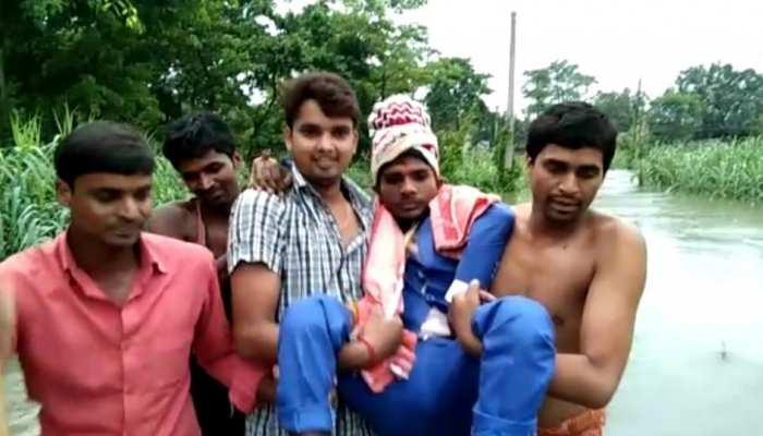 Bagha: दूल्हे ने दोस्तों के कंधे पर बैठ निकाली बारात, आजादी के 7 दशक बाद भी गांव में नहीं बनी है सड़क