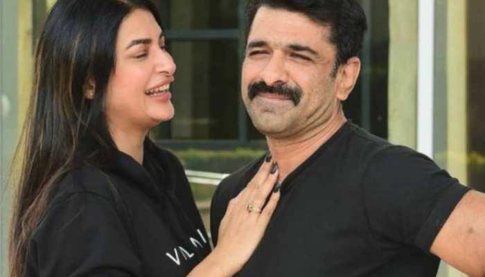 किचन में पवित्रा पुनिया संग रोमांटिक मूड में नजर आए एजाज खान, कैमरे के सामने किया KISS
