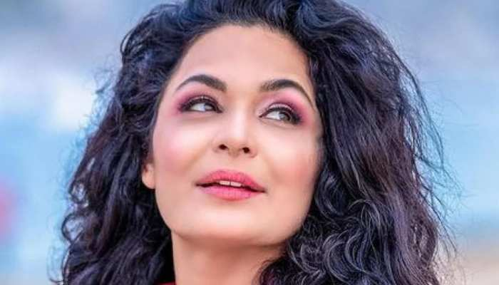 Famous Pakistani Actress Meera said land grabbers kidnapped her mother on Gunpoint, struggling safety help from PM Imran Khan