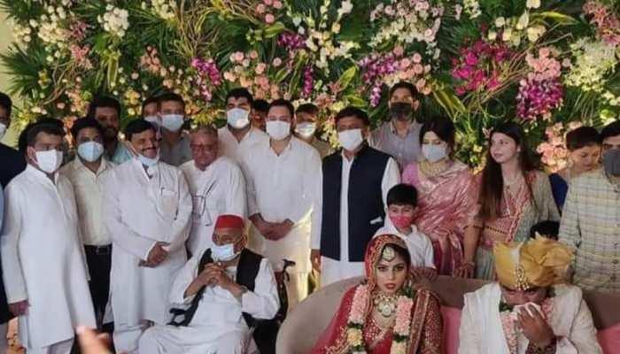 शादी समारोह में एक मंच पर नजर आया मुलायम परिवार, साथ दिखे अखिलेश और शिवपाल
