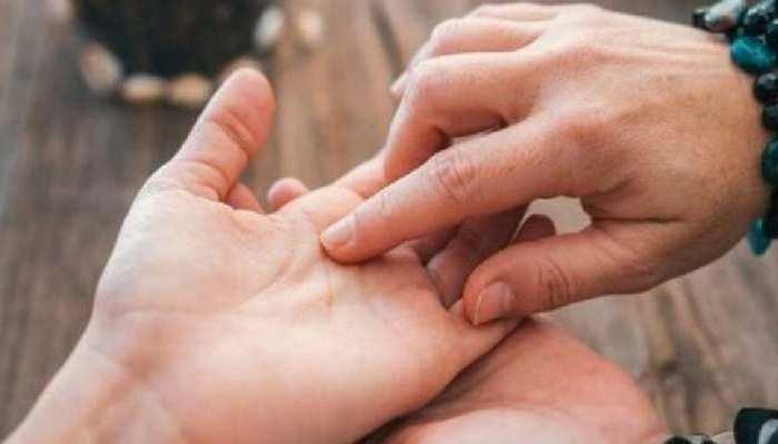Palmistry: हाथ में हों ये रेखाएं तो बनी रहती है Money की तंगी, परेशानी में गुजरती है Life