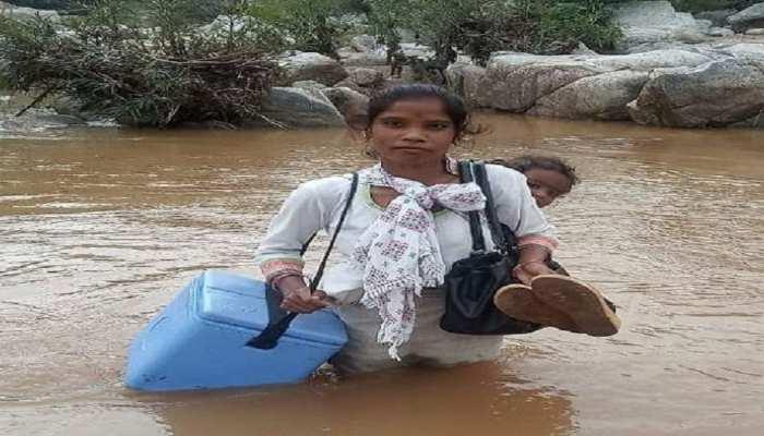 लातेहार: ANM मानती ने पेश की मिसाल, पीठ पर छोटी बेटी को बांध नदी पार कर वैक्सीन देने जाती है सुदूर गांव