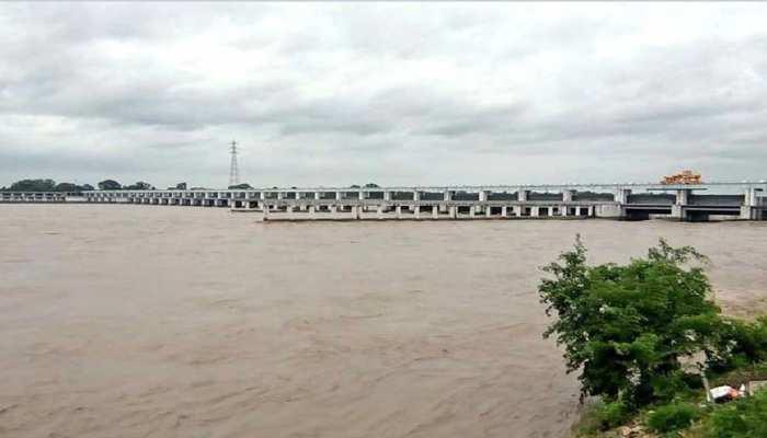 बेतिया: हड़बोड़ा नदी के कटाव से ग्रामीण परेशान, प्रशासन पानी उतरने का कर रही है इंतजार