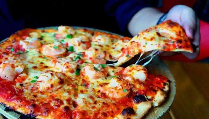 इस देश में  COVID टेस्ट कराने वालों को दिया जा रहा Pizza