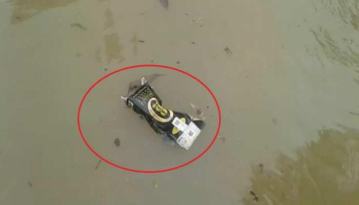 बिहार: बारिश ने खोली सिस्टम के 'विकास' की पोल! 'रसूखदार' के घर तैरती नजर आई शराब की बोतल