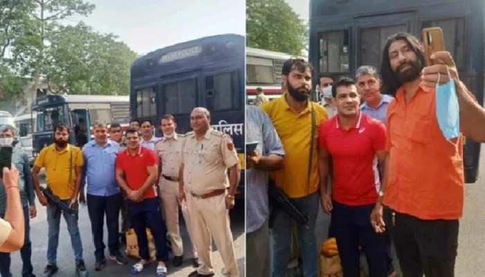 सुशील कुमार संग फोटो खिंचवाने वाले पुलिसकर्मियों की मुश्किलें बढ़ी, जांच के आदेश
