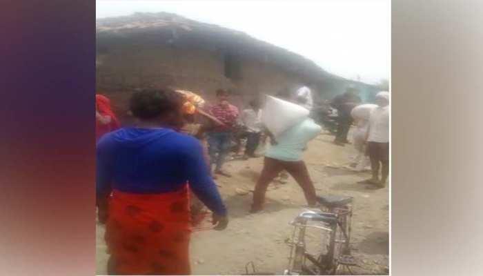 राशन की लूटः गांव में जैसे ही खुली दुकान, ग्रामीण फूड इंस्पेक्टर के सामने ही लूट ले गेहूं और चावल!