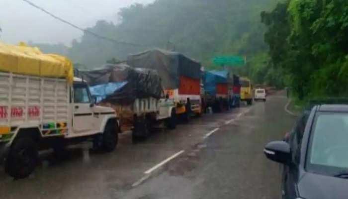 Jammu-Kashmir में भारी बारिश के बाद Landslide, मलबे के कारण Jammu-Srinagar National Highway पर जाम