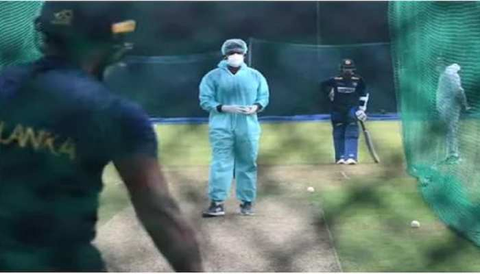 PPE କିଟ୍ ପିନ୍ଧି ଖେଳାଳିଙ୍କୁ ଟ୍ରେନିଂ ଦେଉଛନ୍ତି ଶ୍ରୀଲଙ୍କା କୋଚ୍, ଦେଖନ୍ତୁ Video