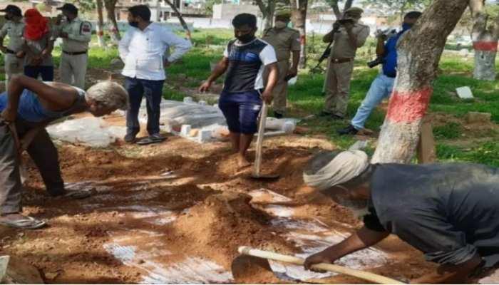 कब्र खोदकर निकाली गई महिला की लाश, परिजनों ने ससुराल वालों पर लगाए ये आरोप