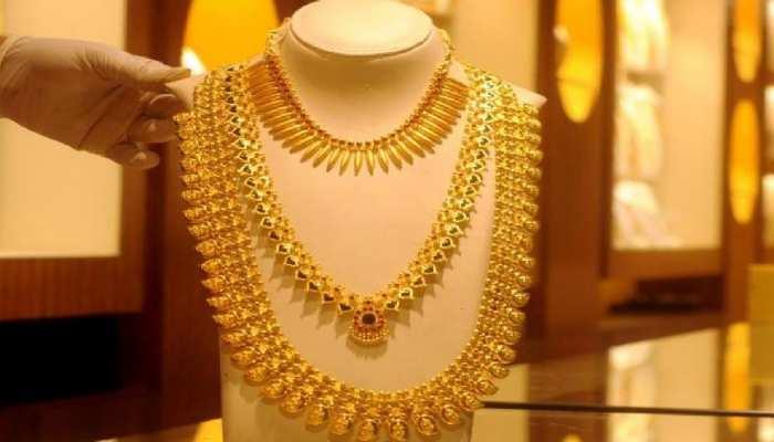 Gold Price: सोने के दाम में आई भारी गिरावट, रिकॉर्ड कीमत से 8,000 रुपये हुआ सस्ता
