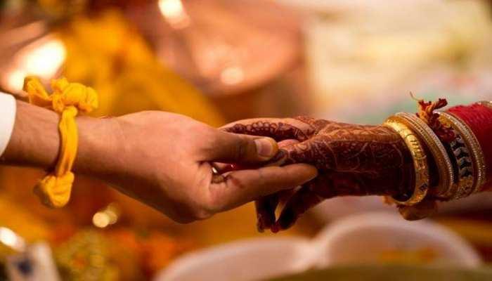 Viral News: खेत में Girlfriend के साथ गांव वालों ने युवक को पकड़ा, तुरंत करवा दी शादी