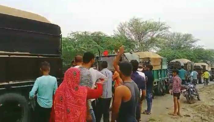 ग्रामीणों ने पकड़ी अवैध बजरी की 15 ट्रैक्टर-ट्रॉलियां, सूचना के दो घंटे बाद भी नहीं पहुंची पुलिस