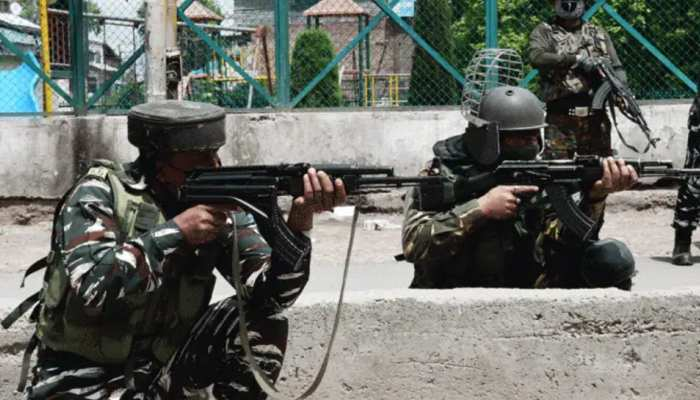 कश्मीर में 'नापाक' हरकत, आतंकवादियों ने पुलिकर्मी की पत्नी-बेटी को गोलियों से भूना