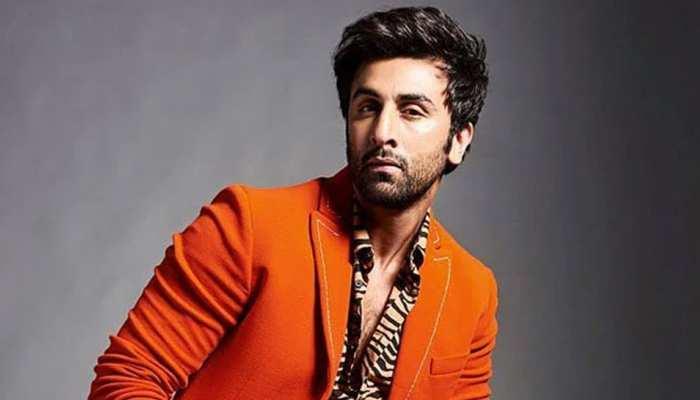 Ranbir Kapoor शूटिंग के बीच किसके सिर से निकालने लगे जूं? VIDEO हो रहा है VIRAL