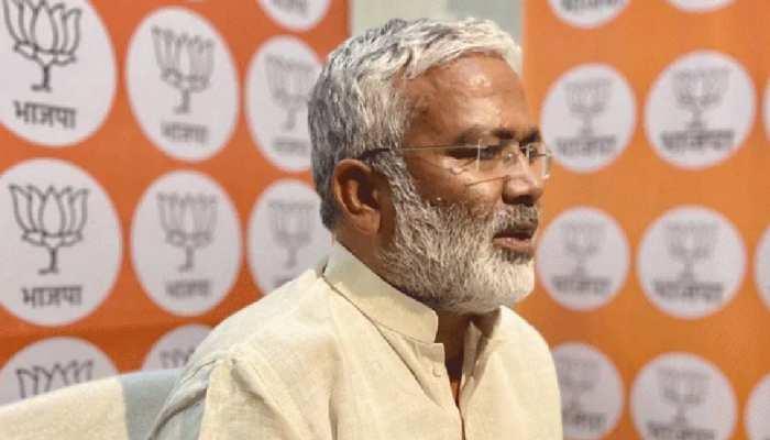 लखनऊ: बौद्ध मंदिर पहुंचे BJP प्रदेश अध्यक्ष स्वतंत्र देव, गरीबों की खुशहाली के लिए गुरु से लिया आशीर्वाद
