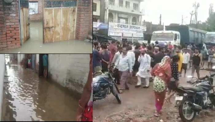 कानपुर: घाटमपुर के घरों में भरा घुटनों तक पानी, आक्रोशित लोगों ने किया हाइवे पर हंगामा