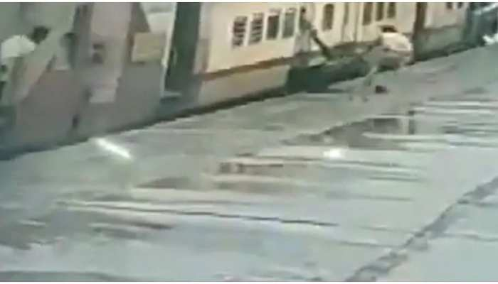 चलती ट्रेन में चढ़ रही थी महिला, पैर फिसलने से हुआ हादसा; देखिए दिल दहला देने वाला Viral Video