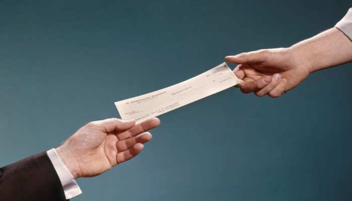 बैंक में Cheque देने से पहले हो जाएं सावधान! वरना झेलना पड़ सकता है भारी नुकसान; जानिए RBI के नए नियम